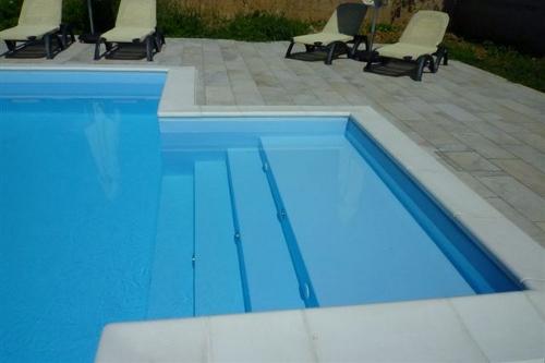 piscina interrata, particolare scala d'accesso dim. 2,50×2 m con ampia spiaggia in opera