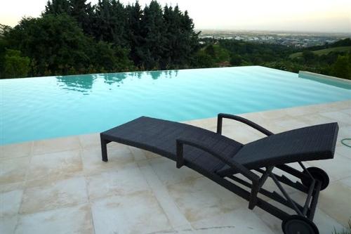 piscina interrata, particolare cascata a stramazzo su un lato e mezzo