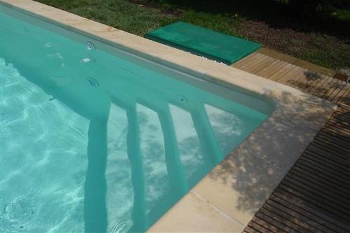 piscina interrata, particolare scala d'accesso triangolare in opera