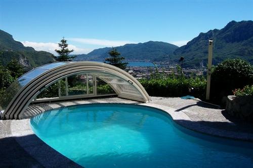 piscina interrata, forma libera con copertura telescopica