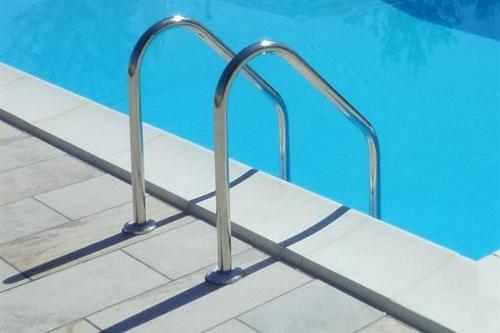 piscina interrata, particolare scala in acciaio inox AISI 316 uscita piscina