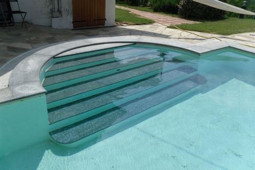 piscina interrata, particolare scala d'accesso in opera rivestita in granito