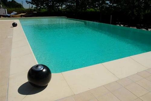 piscina interrata, cascata a stramazzo su lato lungo
