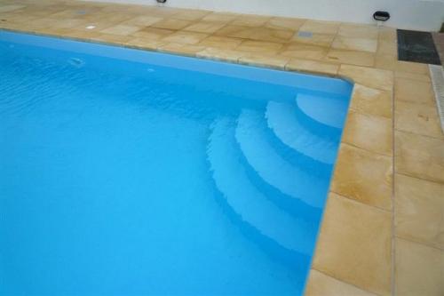piscina seminterrata, particolare scala d'accesso in opera dimensioni 1,75×2 m