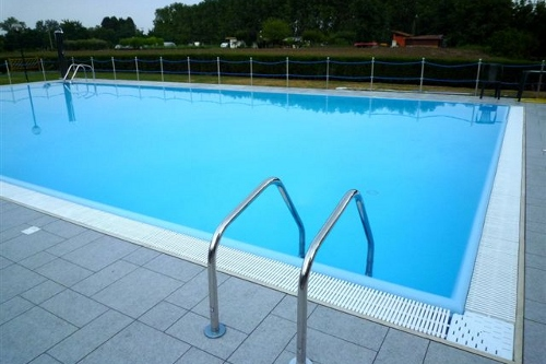 piscina interrata, dimensioni 16×8 m con bordo a sfioro perimetrale