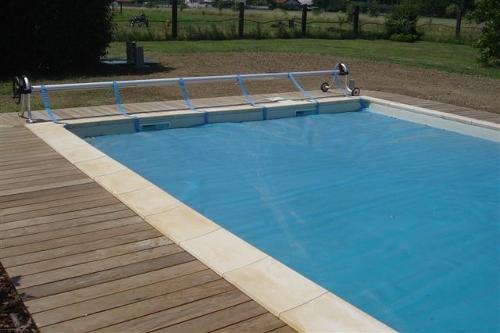 piscina interrata, dimensioni 10×5 m con copertura estiva a bolle d'aria ed arrotolatore mobile