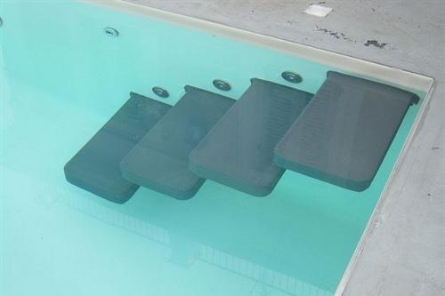 piscina interrata, particolare scala d'accesso con gradoni a sbalzo rivestiti in pvc antisdrucciolo