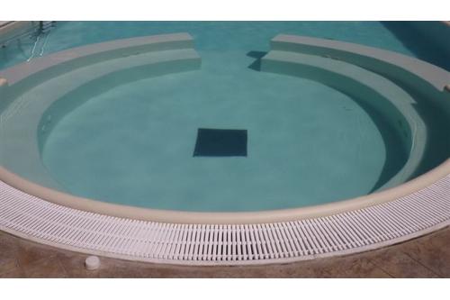 piscina interrata, particolare area relax in opera con idromassaggio e Bubble Jet