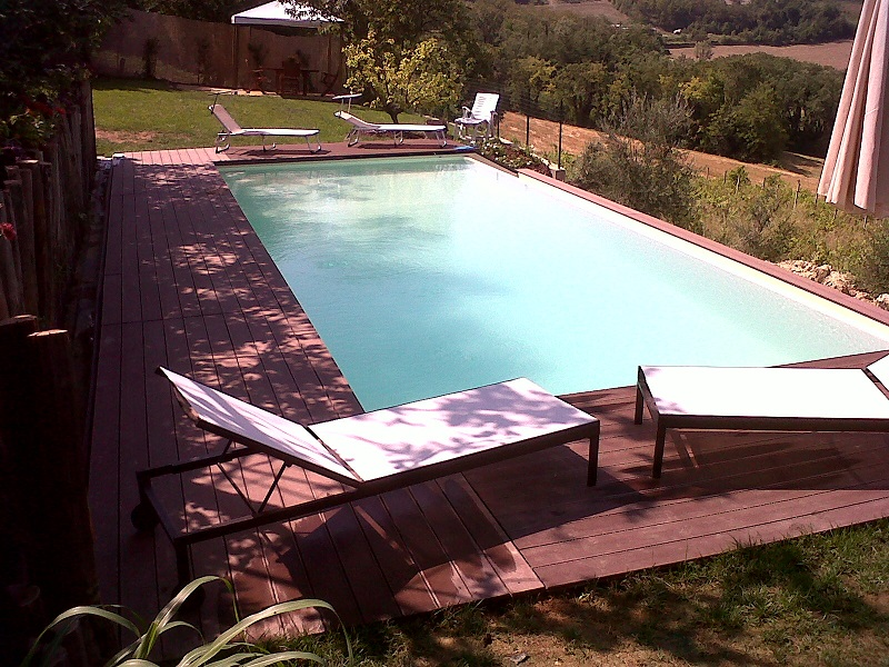 piscina 10x4 a cascata laterale, altezza composita, scala in opera interno vasca, acqua salata e controllo pH, rivestimento PVC armato color sabbia,esterno in deck color brown