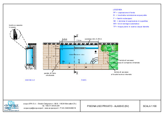 Piscina interrata isoblock, forma classica, cascata infinity con parete di vetro. Bordo in legno di teck, scala interna. Progetto Acqua SPA per piscina realizzata ad Alassio