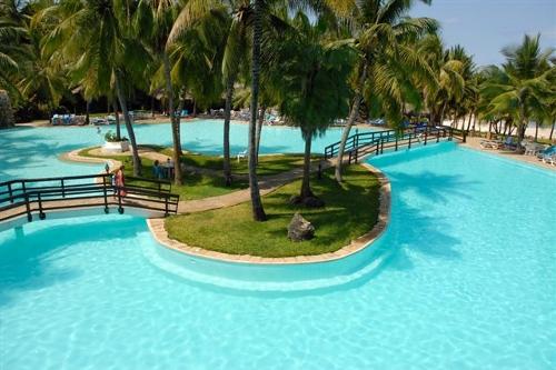 piscina interrata, forma libera con isola