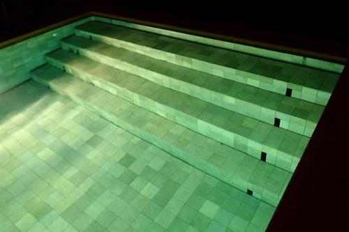 piscina interrata, particolare scala d'accesso a scomparsa in piscina a fondo mobile
