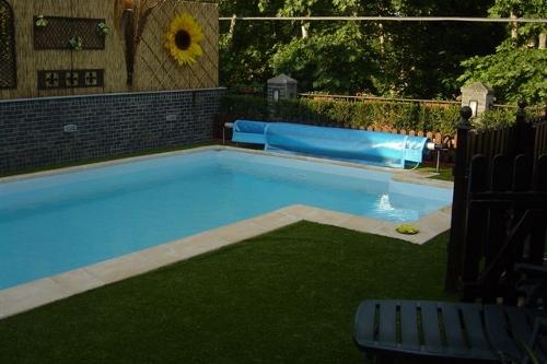 piscina interrata, particolare terrazzo con scala d'accesso in vetroresina
