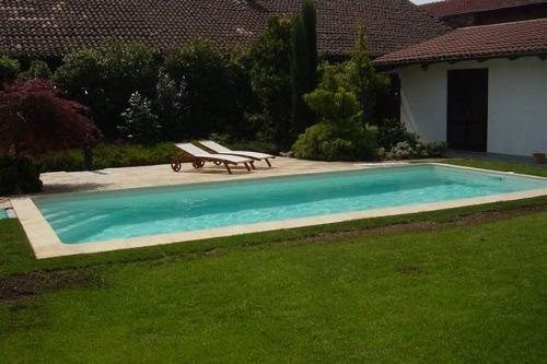 Piscina interrata, dimensioni m 4×8 con scala in opera e nuoto contro corrente