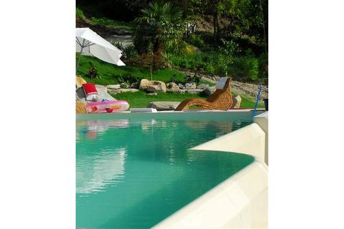 piscina interrata, cascata a stramazzo di forma libera su lato lungo