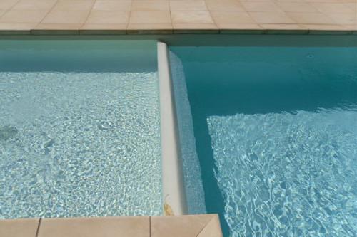 piscina interrata, particolare vasca bambini con cascata a stramazzo verso vasca principale
