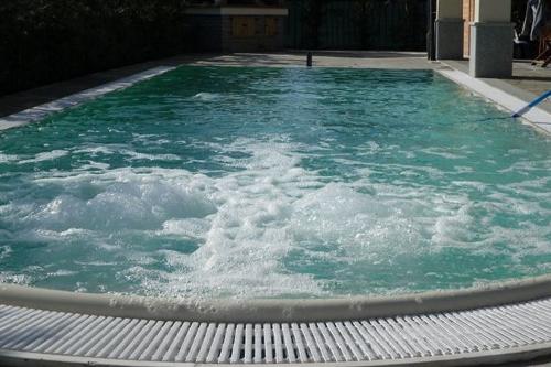 piscina a sfioro, particolare idromassaggio ad area