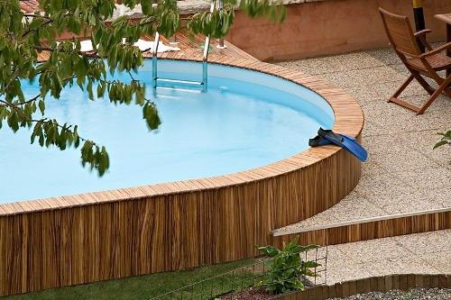 piscina seminterrata, particolare piscina seminterrata con bordo e pannellatura in legno