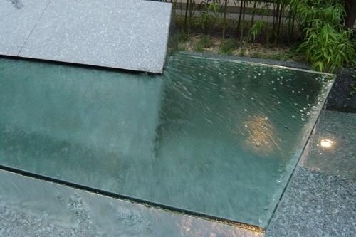 particolare di fontana marmo e vetro