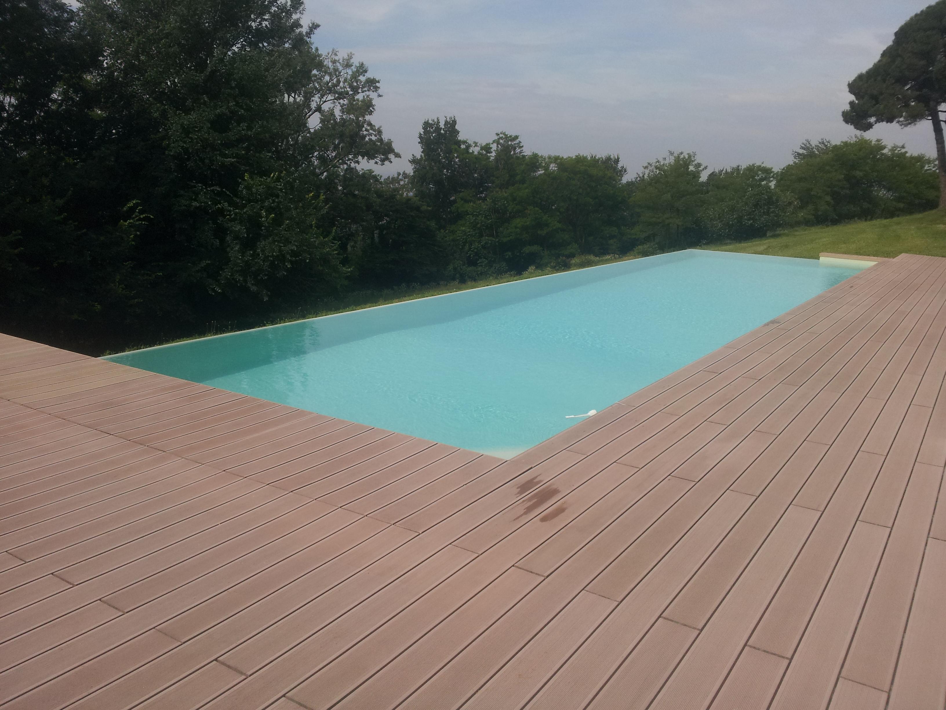 piscina infinity con deck in legno ricostruito