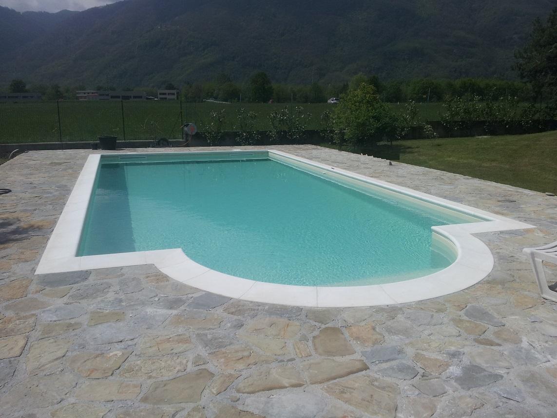 piscina 12 x 6 m a skimmer sfioratore, con scala romana in opera, elettrolisi del sale e controllo automatico del pH, rivestimento in PVC armato color sabbia