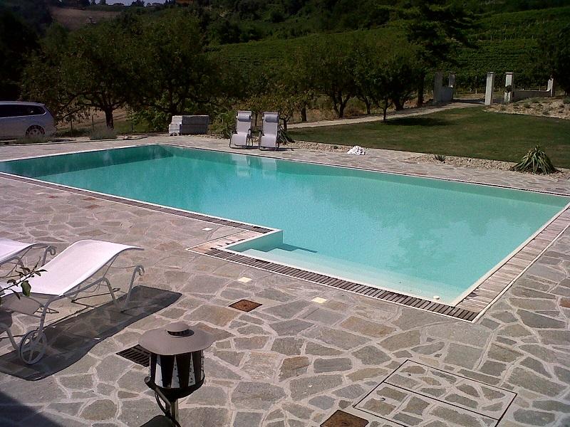 piscina 12 x 6 m, con bordo sfioratore finlandese con griglia in IPE, scala ad appendice esterna, elettrolisi del sale e controllo automatico del pH