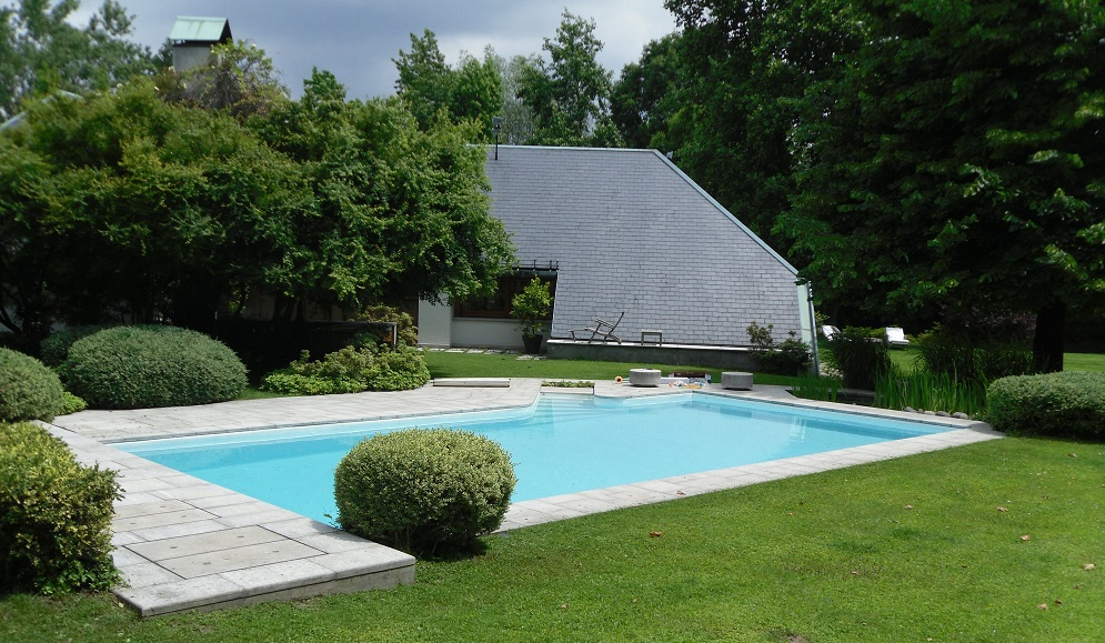 piscina 13 x 6 m altezza composita con rivestimento in PVC aramato bianco perla, tapparella elettrica a scomparsa.
