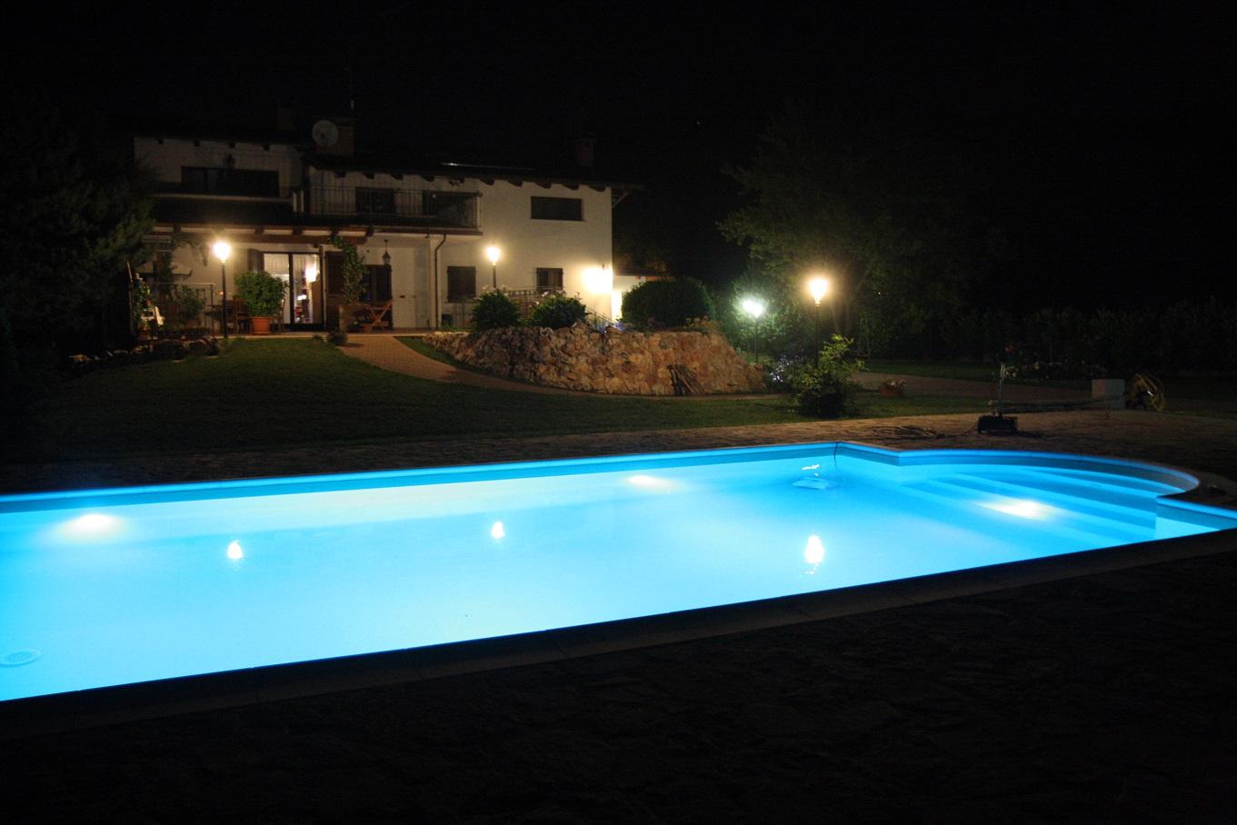 piscina con rivestimento in PVC armato colore sabbia ed illuminazione LED RGBBIANCO