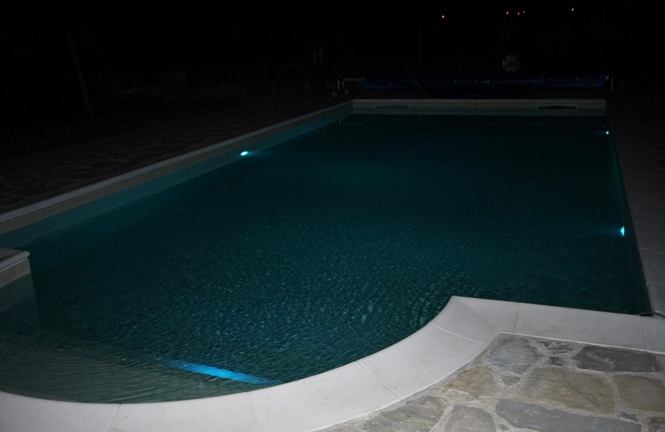 piscina con rivestimento in PVC armato colore sabbia ed illuminazione a led RGB