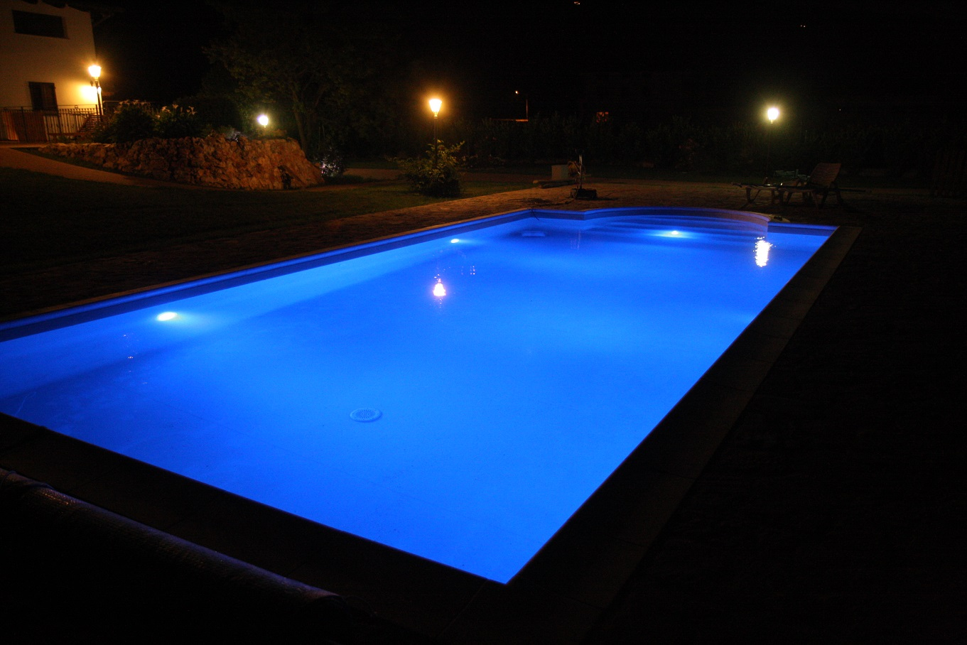 piscina con rivestimento in PVC armato colore sabbia, illuminazione a led RGB