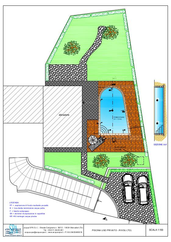 Piscina interrata isoblock, forma libera, fondo piano, scala interna. Bordo in legno di teck. Progetto Acqua SPA, piscina a Rivoli - Torino